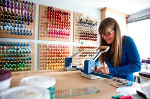 Creare nuovi materiali comporta anche l'utilizzo di varie stoffe e cotone, parte del laboratorio è ricoperto da fili di cotone di diversi colori
