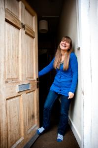 Myra all'ingresso della sua casa a Kentish Town