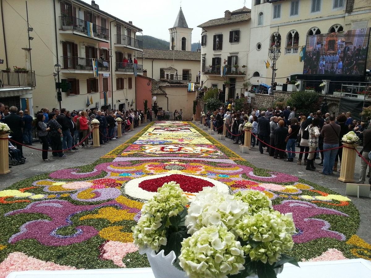 Antiche tradizioni: a Gerano, in provincia di Roma, la suggestiva arte dell'infiorata