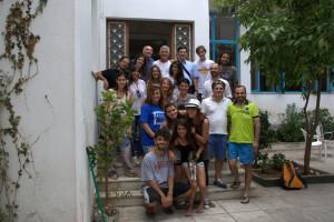 Un gruppo di ragazzi dall'Italia, che ha alloggiato e fatto volontariato la scorsa estate nella struttura di Neos Kosmos.