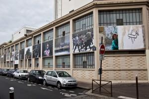 La facciata della Maison des journalistes con le foto di Muzaffar Salman