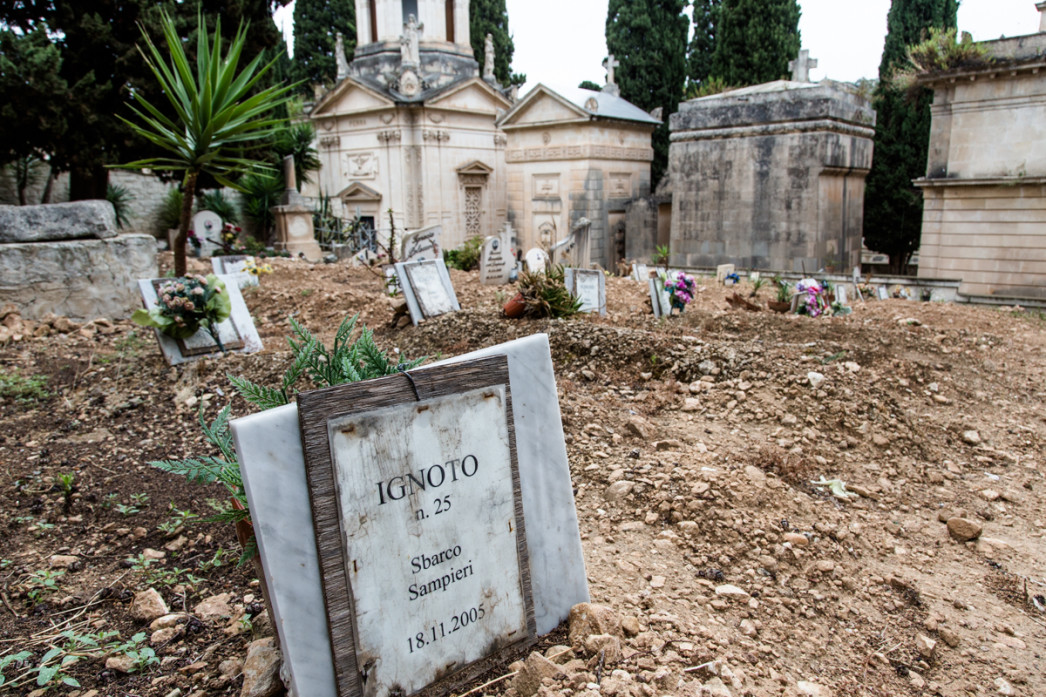 """The tomb of a migrant , """"Unknown No 25 ', in the cemetery of Scicli, near Ragusa. This person died during the landing in Sampieri in September 2005. The only known information is his gender: male. (source: VU Amsterdam)."""