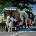 Carrozze e cavalli, clown e acrobati: il fascino antico del Circo Bidon torna in Italia