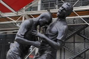 la-statua-del-colpo-di-testa-davanti-al-centre