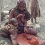 Namibia: viaggio tra gli Himba, dove le donne si fidanzano a 2 anni e decidono il divorzio
