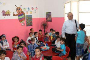 Abua Abdo Raad con i bambini della scuola