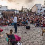 Cagliari, lo scrittore Francesco Abate regala libri e storie di vita a chi incontra per strada