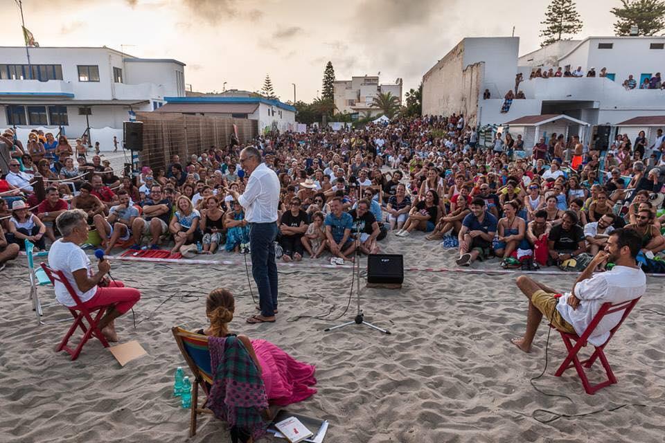 """""""Mia madre ed altre catastrofi""""alla spiaggia del Poetto di Cagliari. Al centro in piedi Francesco Abate"""