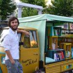 """""""Chi esprime la bellezza cambia il mondo"""": la libreria itinerante di Marco che vende felicità"""