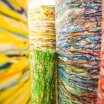 """L'arte dei rifugiati: a Roma """"Refugee ScART"""", riciclano plastica usata per creare bellezza"""