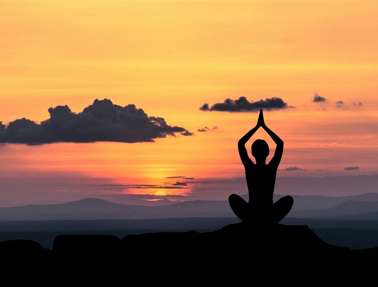 Cos'è lo yoga e perché fa bene? Gli 8 passi da conoscere