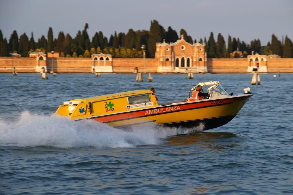 Uno dei lavori più belli del mondo: l'esperienza di Fabio, pilota di idroambulanze a Venezia