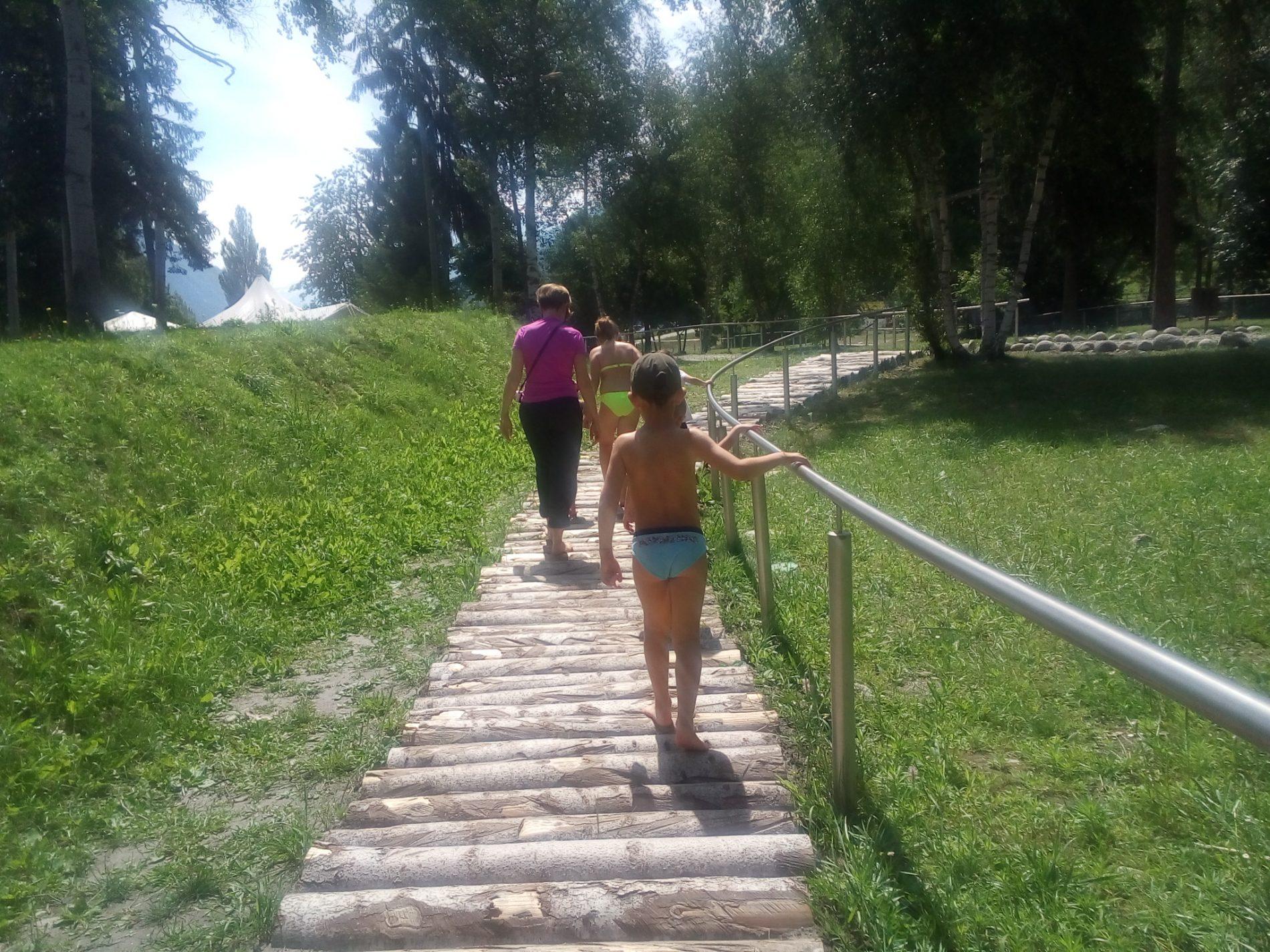 """Val D'Aosta: a piedi nudi nel parco sensoriale. E' il primo percorso di """"barefooting"""""""